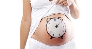 Беременная женщина с часами