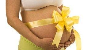 Беременная женщина с желтым бантом