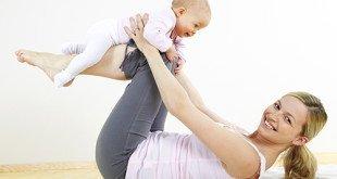 Мама делает гимнастику