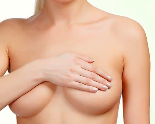 Женщина прикрыла свою грудь