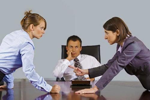 Женщины спорят на работе