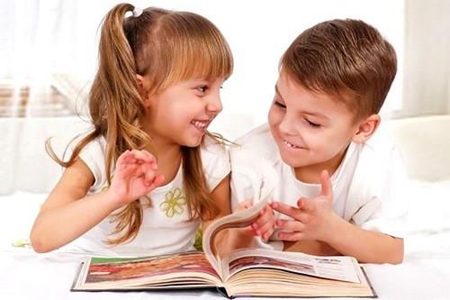 Мальчик с девочкой читают книгу