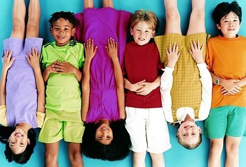 Дети лежат на полу вверх ногами