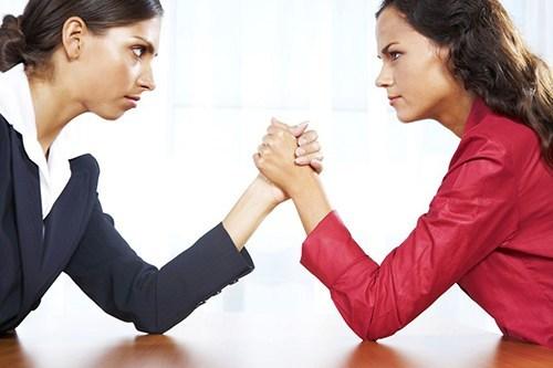 Две женщины сидят на против друга-друга