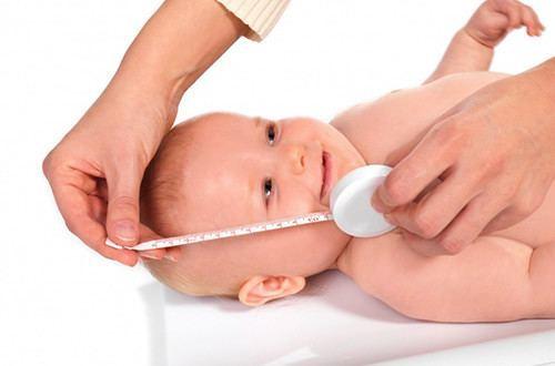 Ребенка измеряют