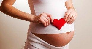 Беременная женщина с сердечком