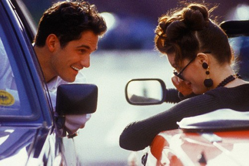 Мужчина и женщина разговаривают из машин