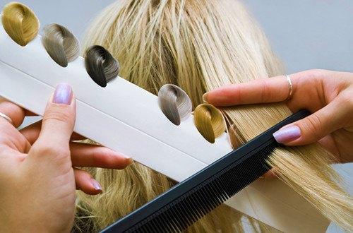 Женщине подбирают цвет волос - как правильно окрашивать волосы