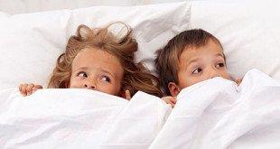 Мальчик с девочкой под одеялом