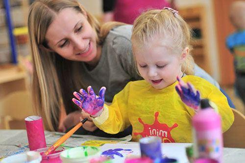 Мама рисует вместе с девочкой