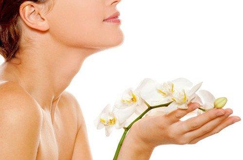 Девушка с орхидеей