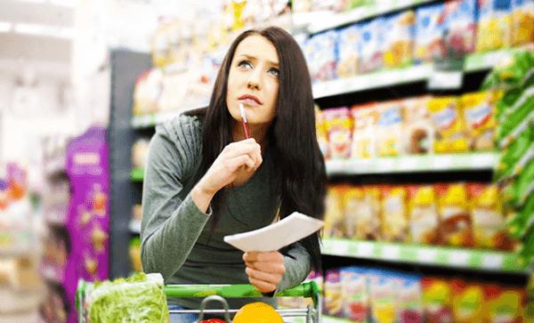 25 экономных советов - девушка в магазине