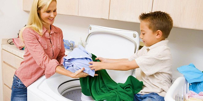 Мама с сыном стирают