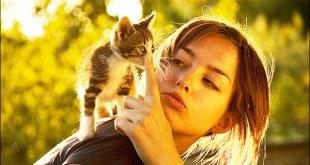 Девушка с котенком на плече