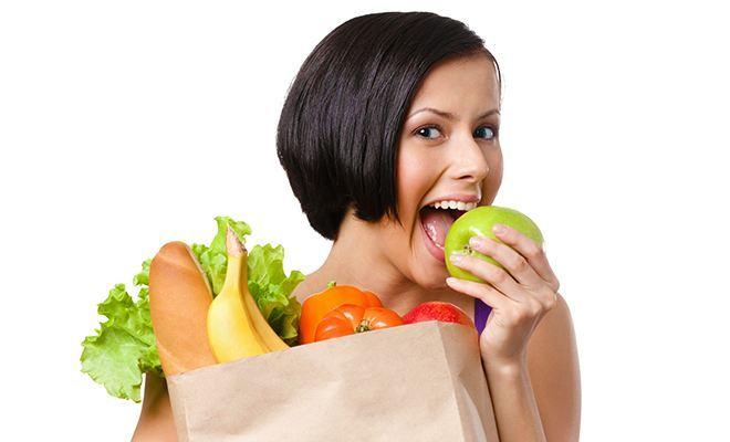 Девушка с пакетом полезной еды