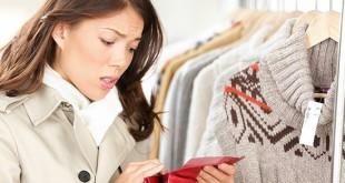 Женщина в магазине пересчитывает деньги в кошельке