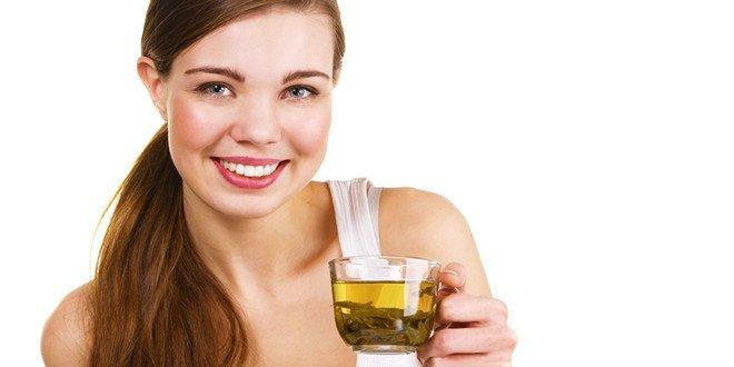 Девушка пьет зеленый чай из чашки