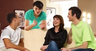 Молодые люди общаются между собой