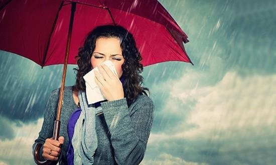 Женщина под зонтом в дождь с носовым платком