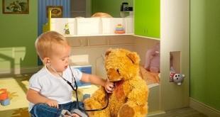 Малыш лечит медведя