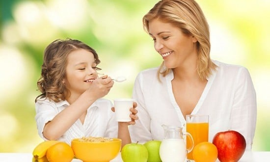 Идеальный завтрак: злаки, фрукты и молочные продукты