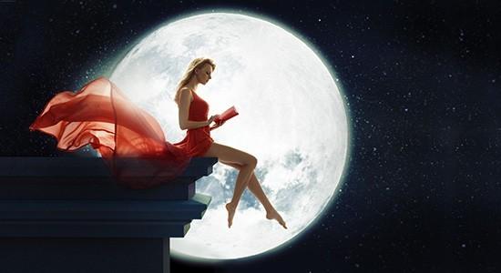 Девушка в красном платье сидит на фоне луны