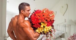 Мужчина с цветами в спальне