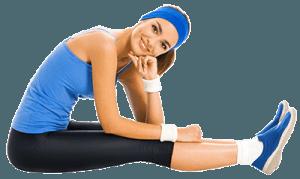 Женщина сидит в спортивной форме