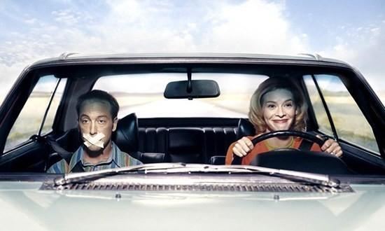 Женщина за рулем - мужчина на пассажирском сидении