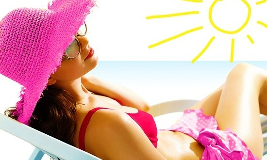 Женщина на пляже загарает
