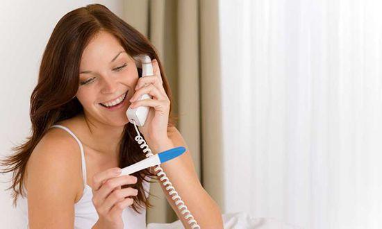 Женщина сообщает о беременности по телефону