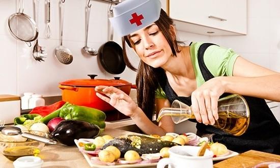 Женщина готовит еду в шапочке медсестры