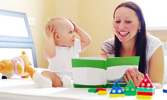 Мама читает малышу книжку