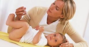 Мама измеряет малышу температуру