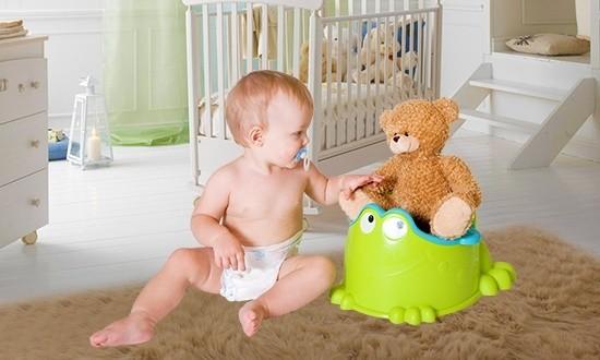 Малыш и плюшевый медведь на горшке