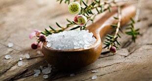 Соль в деревянной ложке и цветы