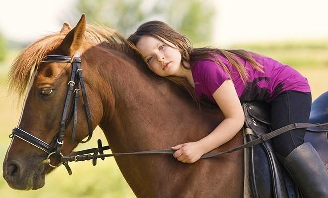 Девочка верхом на лошади