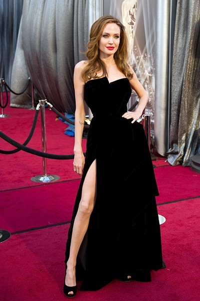 Анджелина Джоли в черном платье