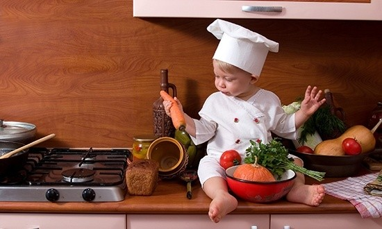 Малыш сидит на кухонном столе