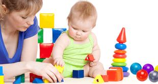 Мама с малышом играют в развивающие игры