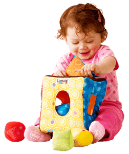 Маленькая девочка играет в мягкий сортер