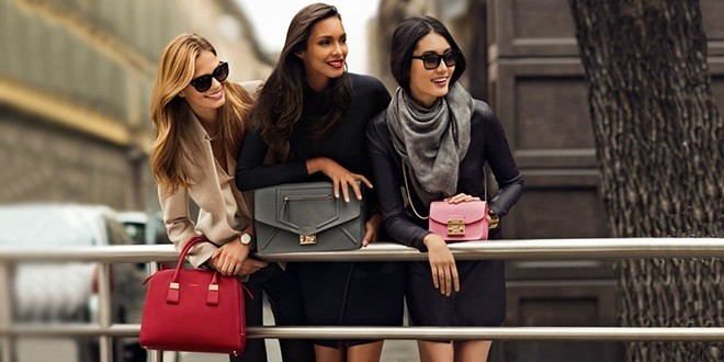 Три девушки в городе с разными сумочками