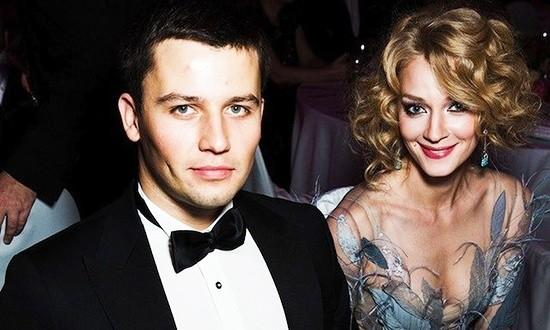 Светлана Ходченкова и Георгий Петришин сидят за столом