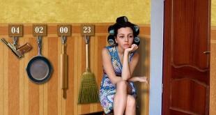 Женщина сидит в коридоре и ждет мужа