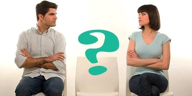 Мужчина и женщина сидят и знак вопроса