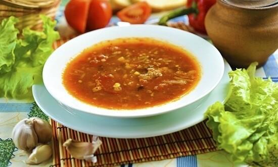 Томатный суп с мясным фаршем в тарелке