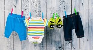 Детская одежда на бельевой веревке