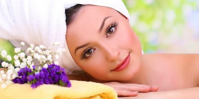 Женщина в полотенце с цветами