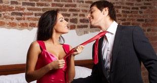 Женщина тянет мужчину за галстук