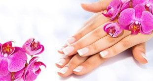 Женские руки с французским маникюром